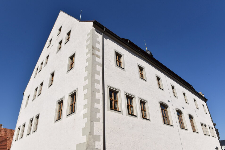Trutzig steht das Dippser Rathaus und hat in seiner langen Geschichte auch schon manchen Sturm erlebt. Zwischenzeitlich ist es auch gegen Computerangriffe besser.