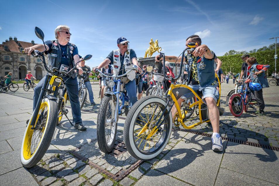 Nicht nur die aufgetunten Fahrräder erregen Aufmerksamkeit: Die Golden Riders in Gruppenkleidung bei einer ihrer sommerlichen Sonntagsfahrten.