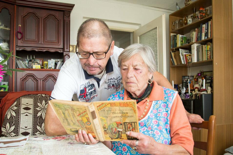 Geblieben ist nur die Erinnerung und ein anderes, nicht ganz so altes Exemplar von Grimms Märchen. Inge S. und ihr Sohn Detlef aus Kodersdorf sind traurig über den Verlust.