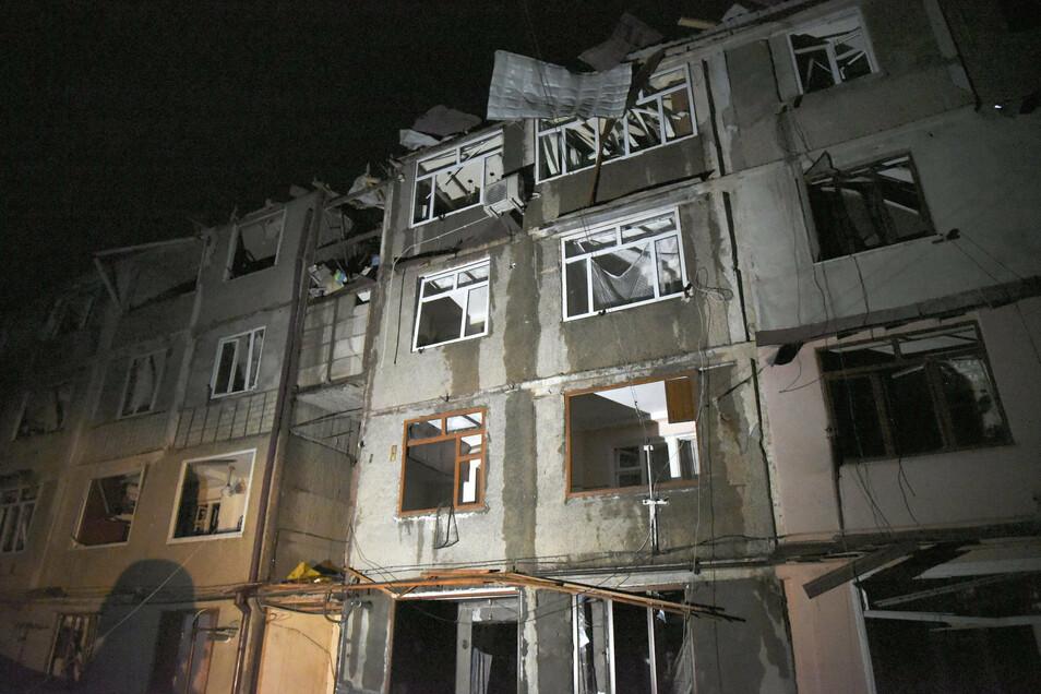 Blick auf ein Wohnhaus in Stepanakert (Aserbaidschan), welches bei jüngsten Kämpfen in der Konfliktregion Berg-Karabach beschädigt wurde.