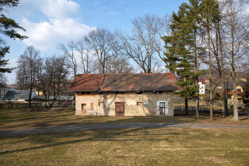 In früheren Zeiten waren hier die Deckhengste des Pferdegestütes Moritzburg untergebracht. Davor stand an der Stelle ein Försterhaus.