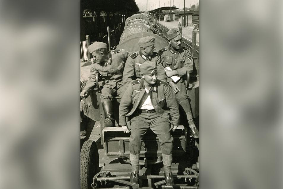 Mit dem Zug nach Polen: Soldaten von Marcel Weises Regiment sitzen im Bahnhof Cottbus auf ihren Trosswagen.