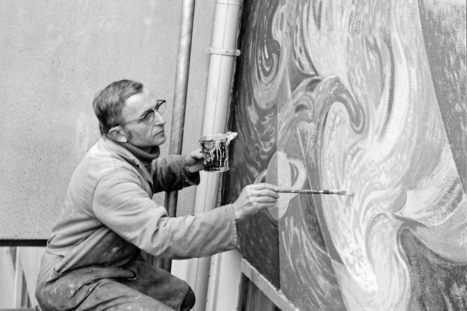 Gottfried Bammes malt Anfang der 1970er -Jahre am Wandbild der Ernst-Thälmann-Oberschule in Freital-Döhlen.
