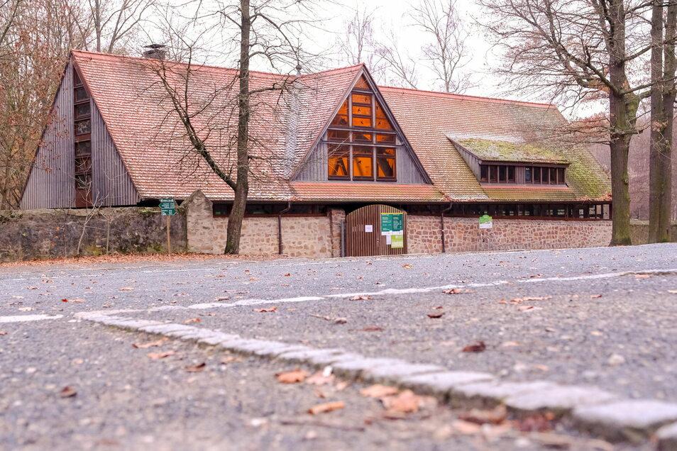 Das Eingangsgebäude des Wildgeheges wurde 1998 eingeweiht. Nun soll es einem Neubau weichen. Der wird nur noch eingeschossig und damit deutlich flacher sein.