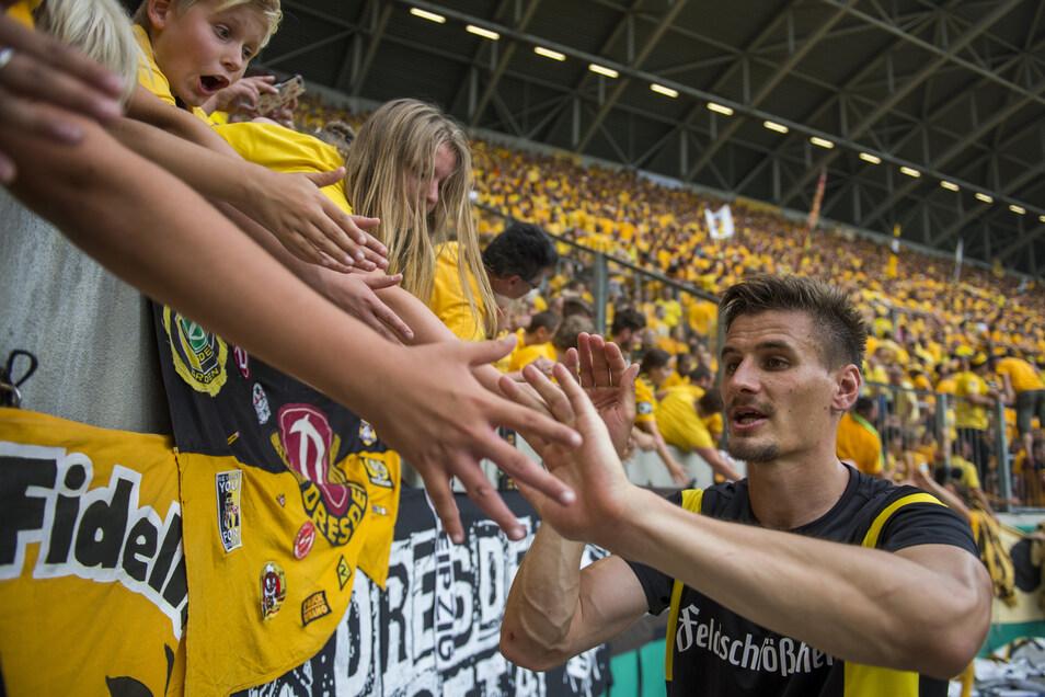 """Spätestens nach seinen zwei Toren gegen das von den Dynamo-Fans abgelehnte """"Produkt"""" RB Leipzig im DFB-Pokal im August 2016 hatten ihn die Anhänger ins Herz geschlossen. Allerdings entzogen viele Stefan Kutschke diese Zuneigung mit seinem Wechsel nach Ingolstadt."""