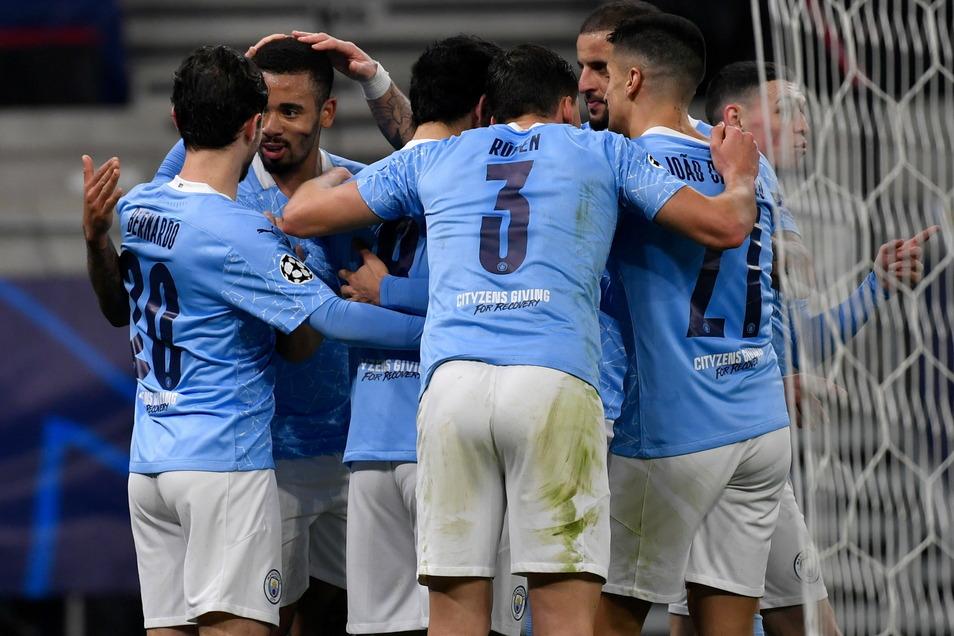 Manchester City bejubelt das 2:0 durch Gabriel Jesus (2.v.l).