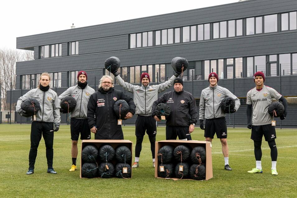 Dynamo spendet Schlafsäcke für Obdachlose (v. l.): Marvin Stefaniak, Pascal Sohm, Co-Trainer Heiko Scholz, Patrick Wiegers, Chefcoach Markus Kauczinski, Christoph Daferner und Ransford Königsdörffer.
