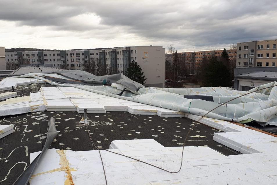 Auch das Dach der Christlichen Schule in Dresden-Großzschachwitz wurde beim Sturm stark beschädigt.