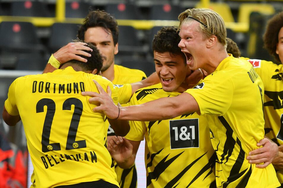 Dortmund jubelt. Der BVB gewinnt am ersten Spieltag der Fußball-Bundesliga das Borussia-Duell gegen Mönchengladbach souverön. Giovanni Reyna (M.) erzielt das 1:0, Erling Haaland.(r.) die anderen beiden Treffer. Mit dabei: Jude Bellingham (l.) und Mats