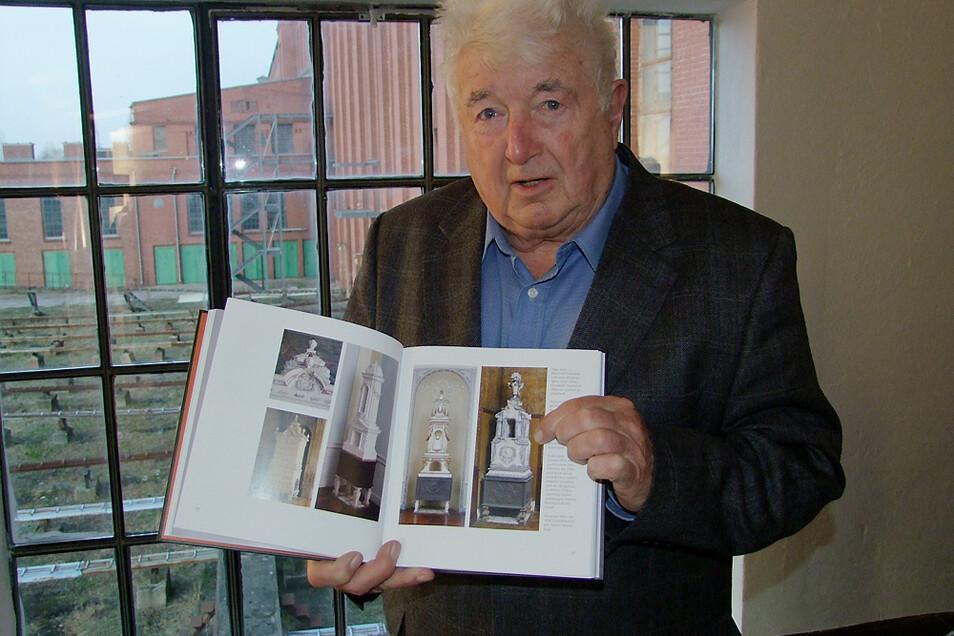 """Schornsteinfeger Bernd Müller zeigt hier 2009 das Buch zu seiner Sammlung """"Heiß geliebt""""."""