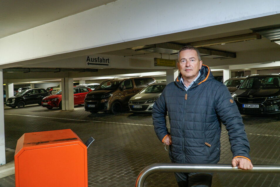 Thomas Hansen, Sicherheitsbeauftragter der Sparkasse, sorgt sich angesichts der illegalen Partys in der Kornmarkt-Tiefgarage, dass Autos durch Scherben fahren.
