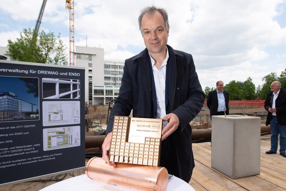 Architekt Christian Hellmund zeigt die Grundsteinplatte für den Neubau.