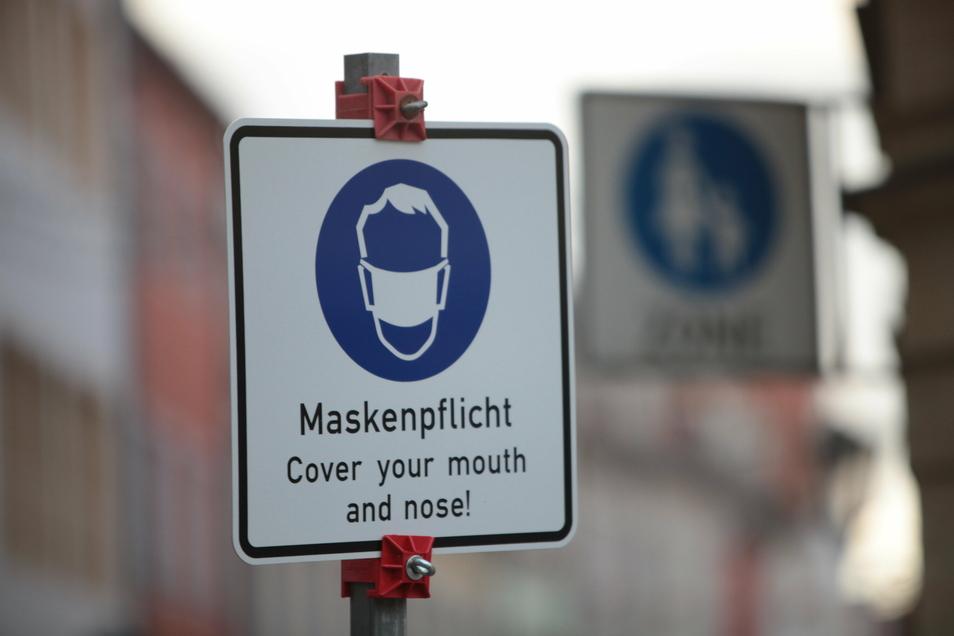 Ein Hinweisschild auf bestehende Maskenpflicht wie hier bereits auf der Fußgängerzone in Pirna ist bisher noch nicht in Großenhain zu finden. Sie werden am Donnerstag angebracht.