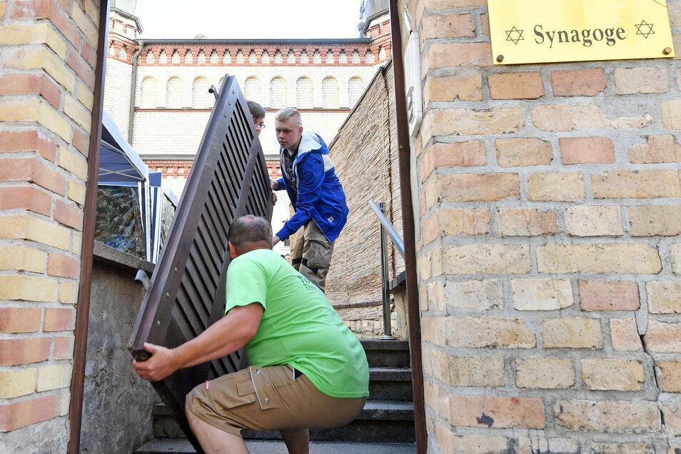 Die neue Tür wird an der Hallenser Synagoge angebracht.