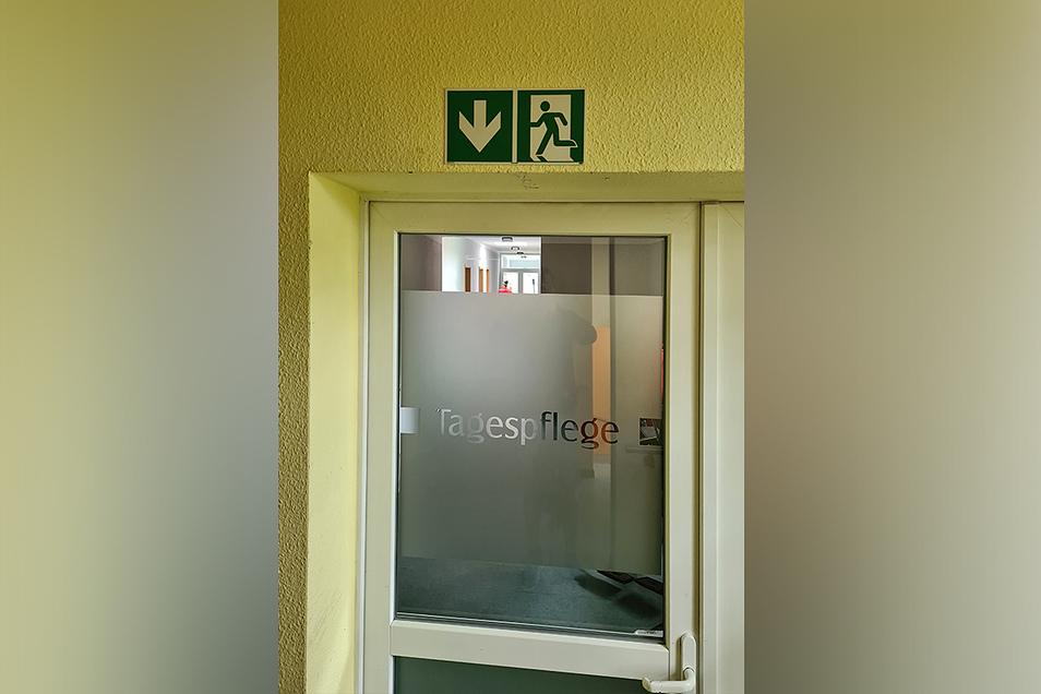 Der ehemalige Ausgang aus dem Haus ist immer noch als der Fluchtweg gekennzeichnet (am 4. August 2020), die Tür ist aber verschlossen.
