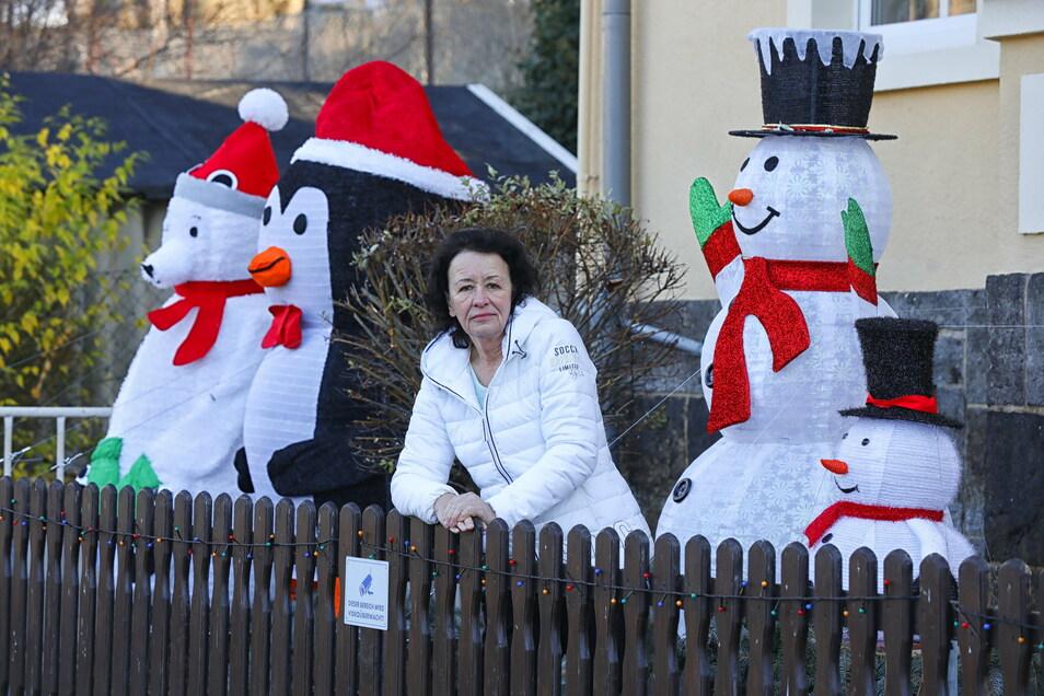 """Sabine Metzner hat ihre Figuren zurück. """"Einer der Weihnachtsmänner war aus seiner Verankerung gerissen und kaputt, der kleinere der Schneemänner verschwand völlig"""", berichtet die Löbauerin."""