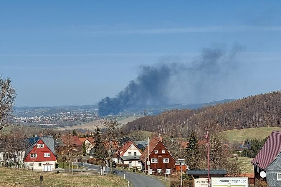 Von Waltersdorf aus hat SZ-Reporterin Anja Beutler diese Aufnahme gemacht. Darauf ist die Rauchwolke zu sehen.