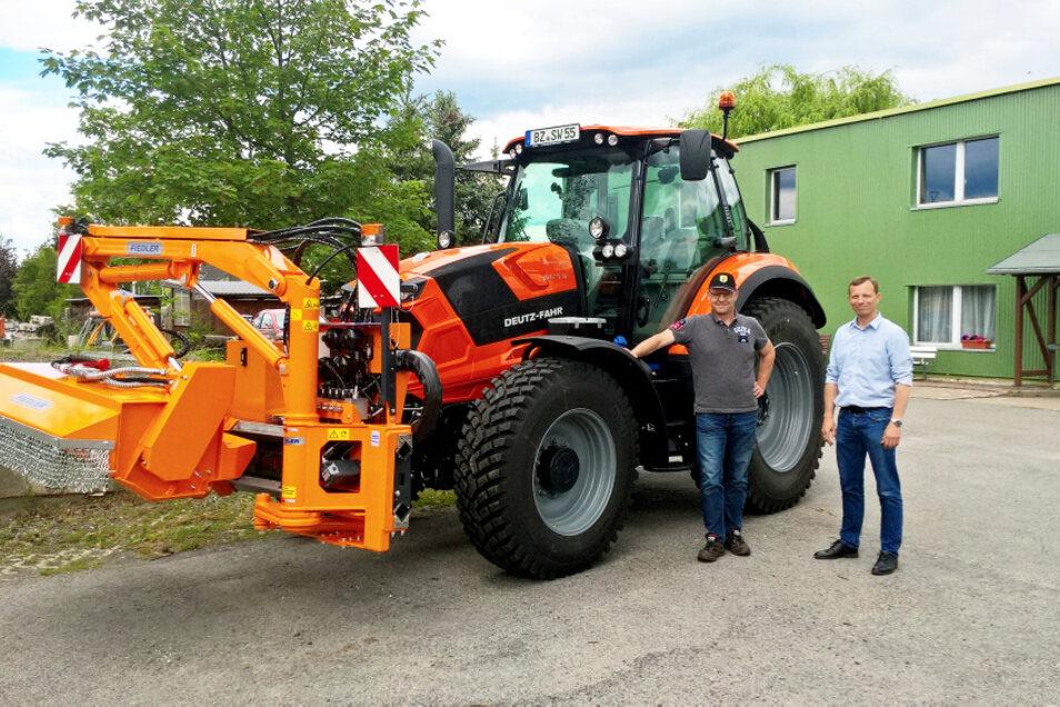 Übergabe des neuen Bauhof-Fahrzeugs durch Wittichenaus Bürgermeister Markus Posch (rechts) an den Leiter des städtischen Bauhofs, Michael Kockert.