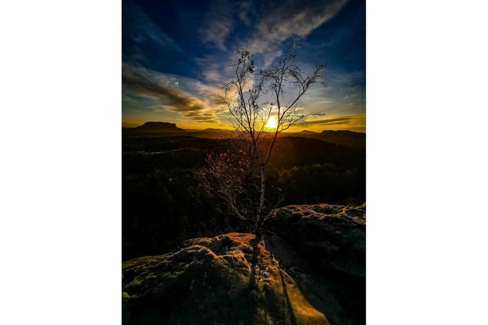 Vivien Otto aus Dürrröhrsdorf hat den Sonnenuntergang vom Gamrig aus im Bild festgehalten. Ein wahrhaft goldener Moment. Und der Lilienstein scheint allgegenwärtig.