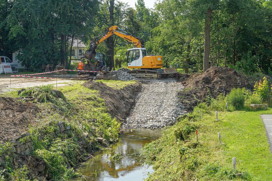 Die Landestalsperrenverwaltung lässt derzeit am Langen Wasser in Göda Hochwasserschäden beseitigen, so werden marode Ufermauern abgetragen und durch naturnahe Böschungen ersetzt.
