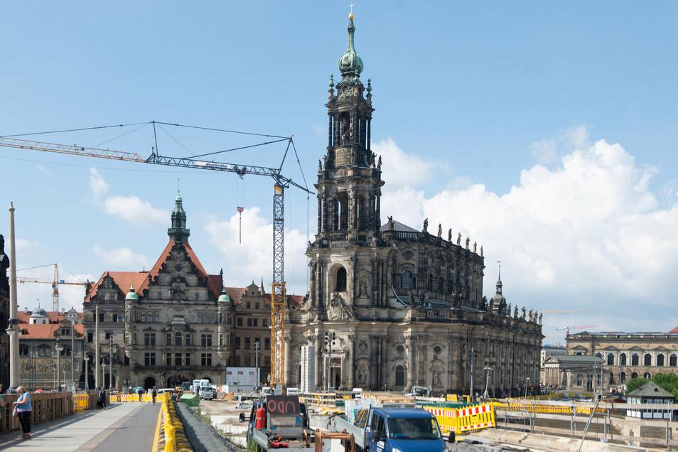 Nicht nur auf der Augustusbrücke ist jetzt eine Baustelle, sondern auch in der benachbarten Hofkirche. Für die Instandsetzungsarbeiten im Inneren des Gotteshauses werden rund 4,9 Millionen Euro investiert.
