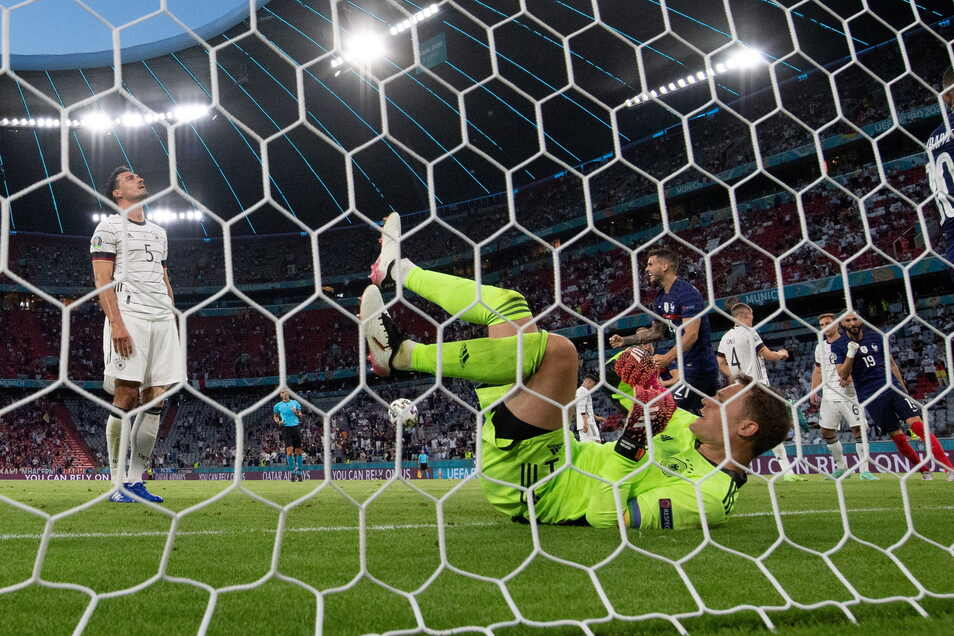 Torhüter Manuel Neuer kann das Eigentor durch Mats Hummels nicht verhindern.