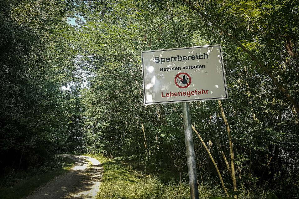 """Solche Schilder mit der Aufschrift """"Sperrbereich – Betreten verboten – Lebensgefahr"""" stehen jetzt am Westufer des Berzdorfer Sees. Damit ist der Rundweg nicht mehr als Rundweg nutzbar."""