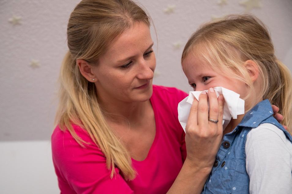 Krankes Kind - das erleben zurzeit viele Familien. Wegen der strengen Corona-Maßnahmen im vergangenen Winter fürchten Experten, dass vor allem die Kinder Infekte vom vergangenen Jahr jetzt noch nachholen.