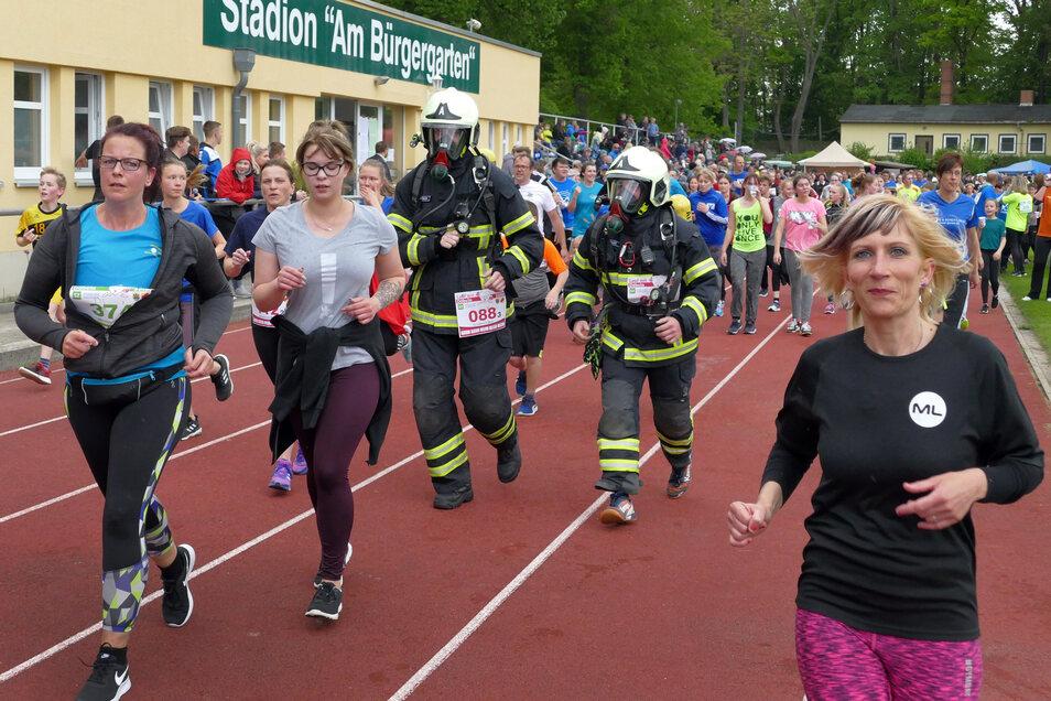 Zu den Läufern, die Runde um Runde im Stadion Bürgergarten gedreht haben, gehörten auch sechs Döbelner Feuerwehrleute, die in voller Ausrüstung auf die Strecke gingen.