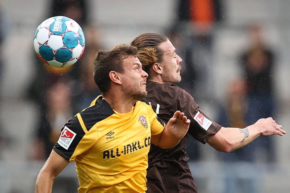 Chris Löwe (l.) - im Luftduell mit St. Paulis Jackson Irvine - war noch einer der Besten bei Dynamos enttäuschendem Auftritt in Hamburg.