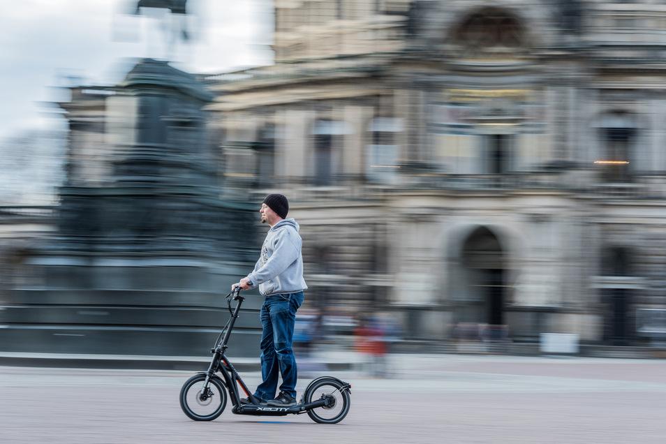 Proberunde – nur fürs Foto – vor der Dresdner Semperoper: Redakteur Andreas Rentsch fährt den X2City.