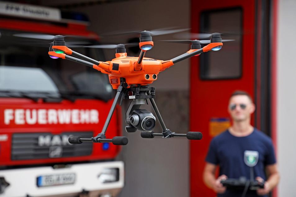 Sechs Propeller, eine Kamera: Franz Lupprian von der Feuerwehr Glaubitz steuert die Drohne, mit der die Wehr seit wenigen Tagen ausgestattet ist.