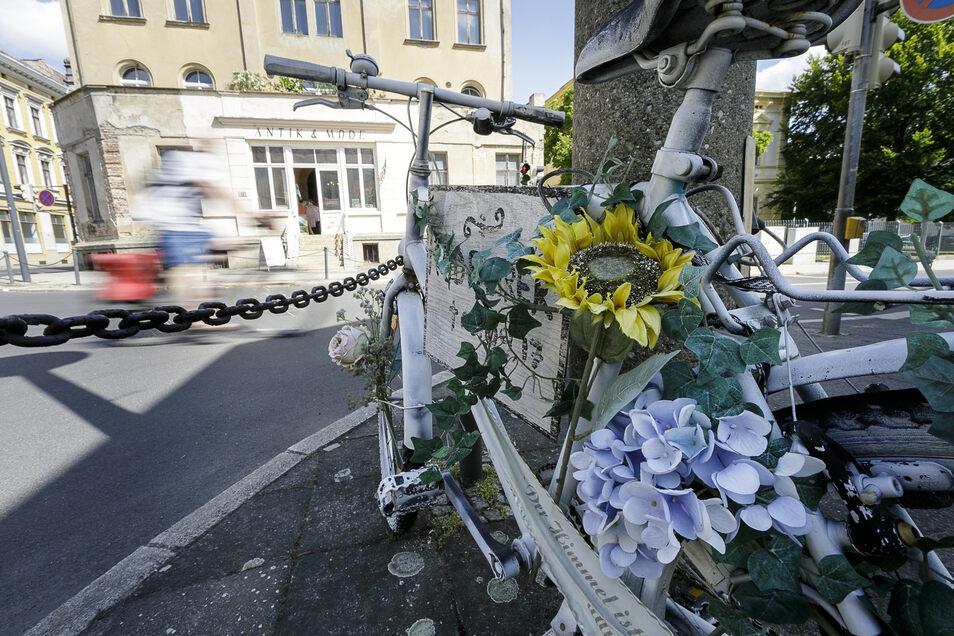 Das weiße Fahrrad an der James-von-Moltke-Straße in Görlitz erinnert an einen tragischen Unfall, der für den Fahrradfahrer tödlich ausging.