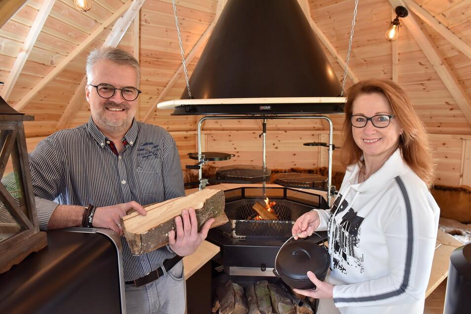 Jan und Katrin Kempe in der neuen Grill-Kota hinterm Haus - je kälter es draußen ist, desto gemütlicher wird es drin.