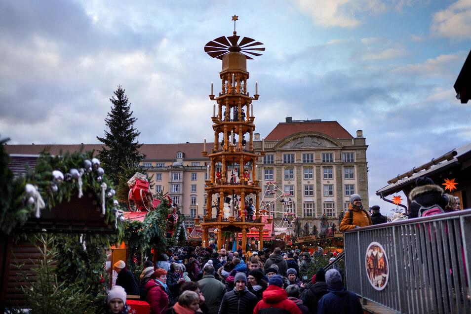 Das vorletzte Adventswochenende steht auf dem Dresdner Striezelmarkt ganz im Zeichen der erzgebirgischen Holzkunst. Pyramide und Schwibbogen werden gehuldigt.