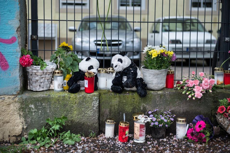 Der Fall der ermordeten Kinder löste in Dresden große Bestürzung aus. Nachbarn und Bekannte der Familie legten im Mai vergangenen Jahres Blumen und Plüschtiere vor dem Haus an der Stetzscher Straße in der Nähe des Bahnhofs Neustadt ab.