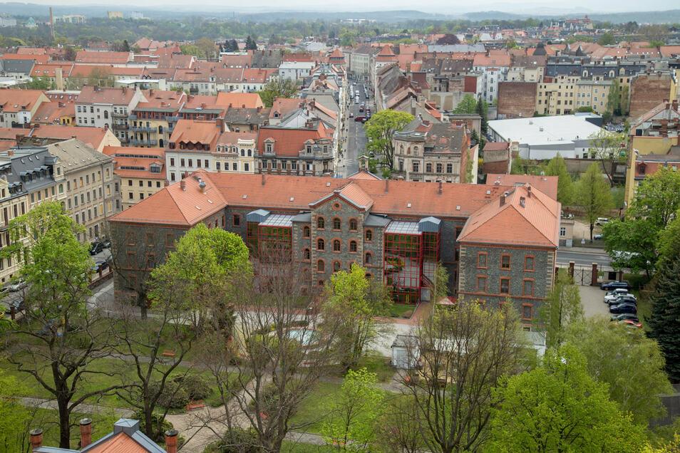 Der Blick auf die Rückseite des Altenheims der Arbeiterwohlfahrt in der Görlitzer Stadtmitte. Schön ist das weiträumige Freigelände zu sehen. Der Neubau schließt an den rechten Flügel an.