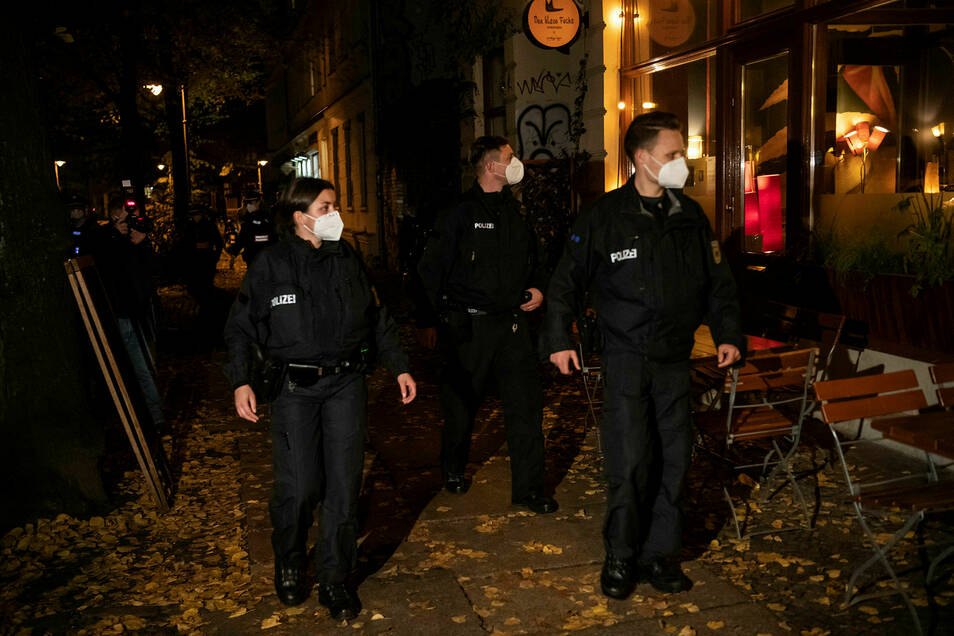 Die Berliner Polizei am Wochenende auf Corona-Streife.