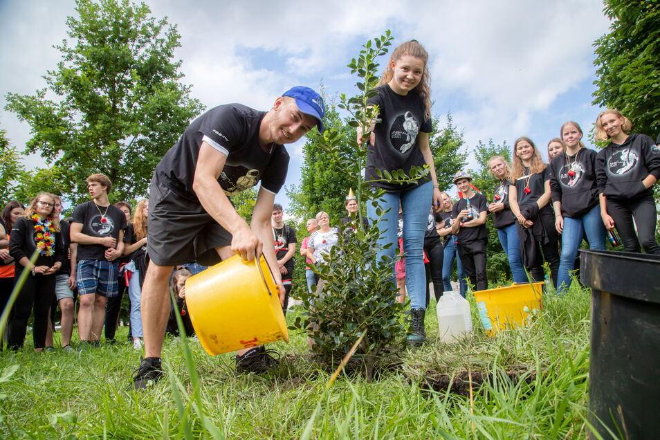 Natürlich wurde an der Richard-Neumann-Straße wieder ein Jahrgangsbaum gepflanzt. Christoph Nerger und Helene Hanke setzten ihn in die Erde.