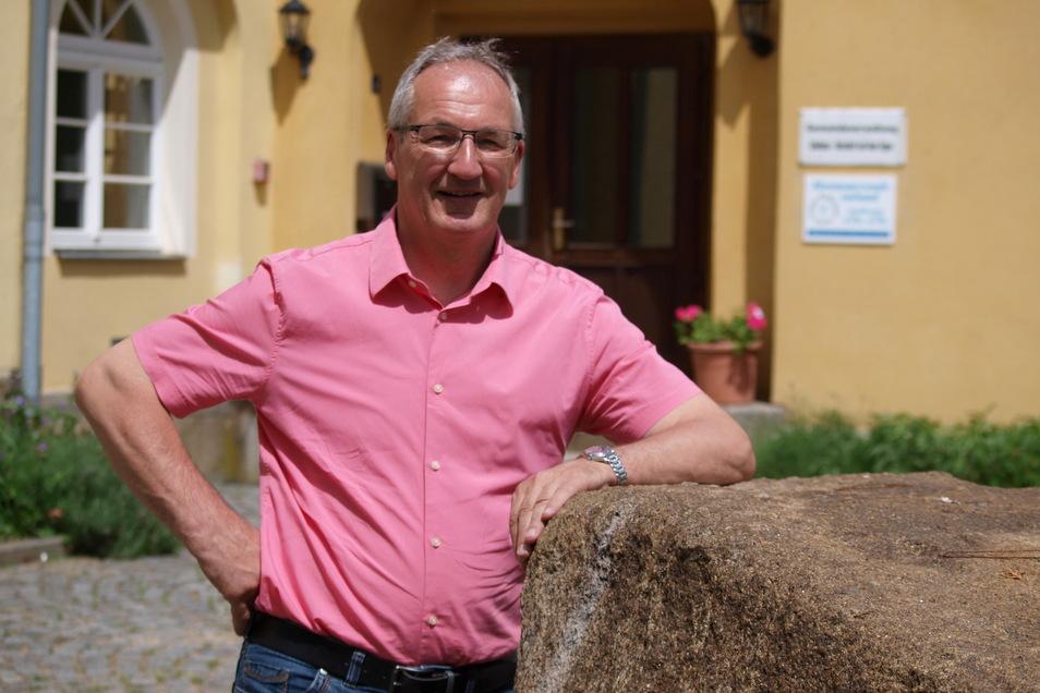 Seit 1990 ist Christian Hänel Bürgermeister in Schönau-Berzdorf. Erst war er hauptamtlich tätig, seit Jahren aber wegen der Gemeindegröße nur noch ehrenamtlich.