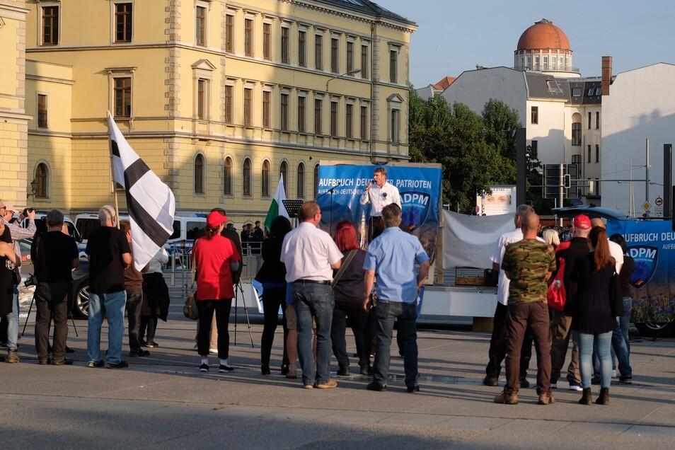 André Poggenburg spricht bei der Kundgebung auf dem Leipziger Simsonplatz nur vor wenigen Sympathisanten..