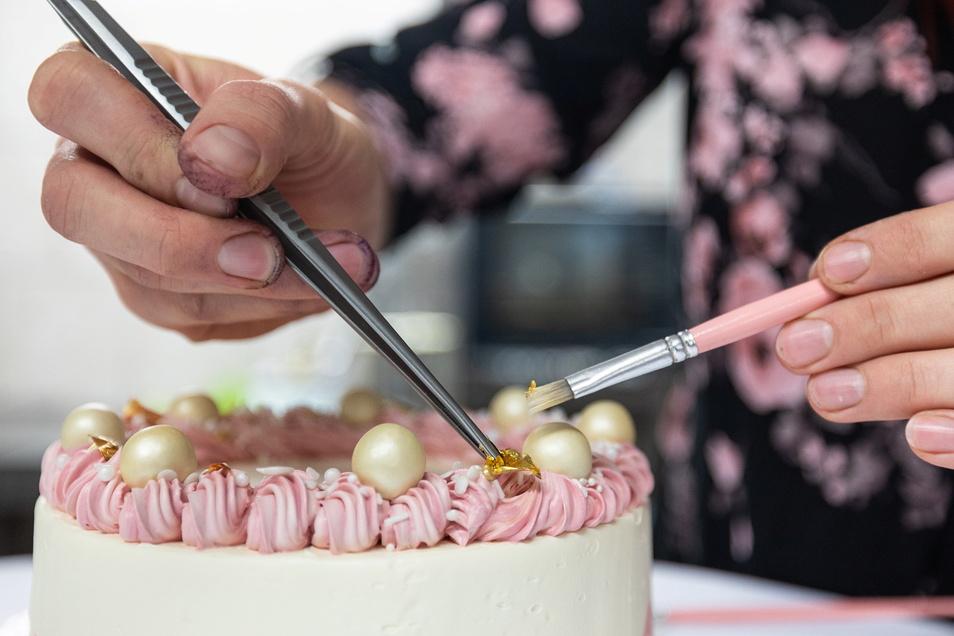 Perlen und ein Hauch Blattgold machen aus der Torte fast schon eine Krone.