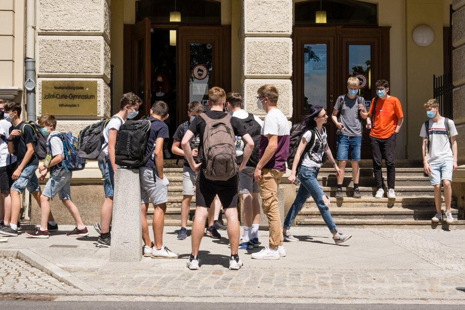 Schüler vor dem Joliot-Curie-Gymnasium Görlitz. Der Regelbetrieb läuft wieder. Aber wie soll es weitergehen mit einst geplanten Schulfahrten?