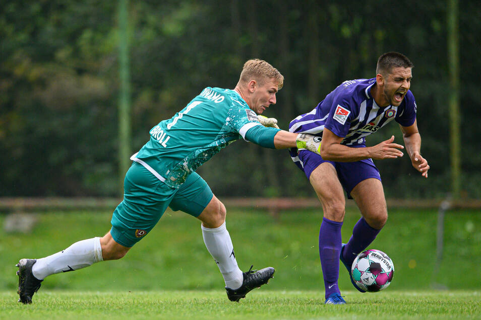 """""""Ich musste ihn ein bisschen festhalten"""", sagte Dynamos Torwart Kevin Broll danach zu der Szene mit Dimitrij Nazarov. Den fälligen Elfmeter des aserbaidschanischen Nationalspielers wehrte er ab."""