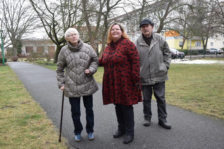 Erika und Gerhard Schlegel mit ihrer Tochter Ute Schumann bei einem Spaziergang im WK I, wo alle heute leben. Zuvor war viele Jahre lang der Wohnkomplex VIII ihr Zuhause.
