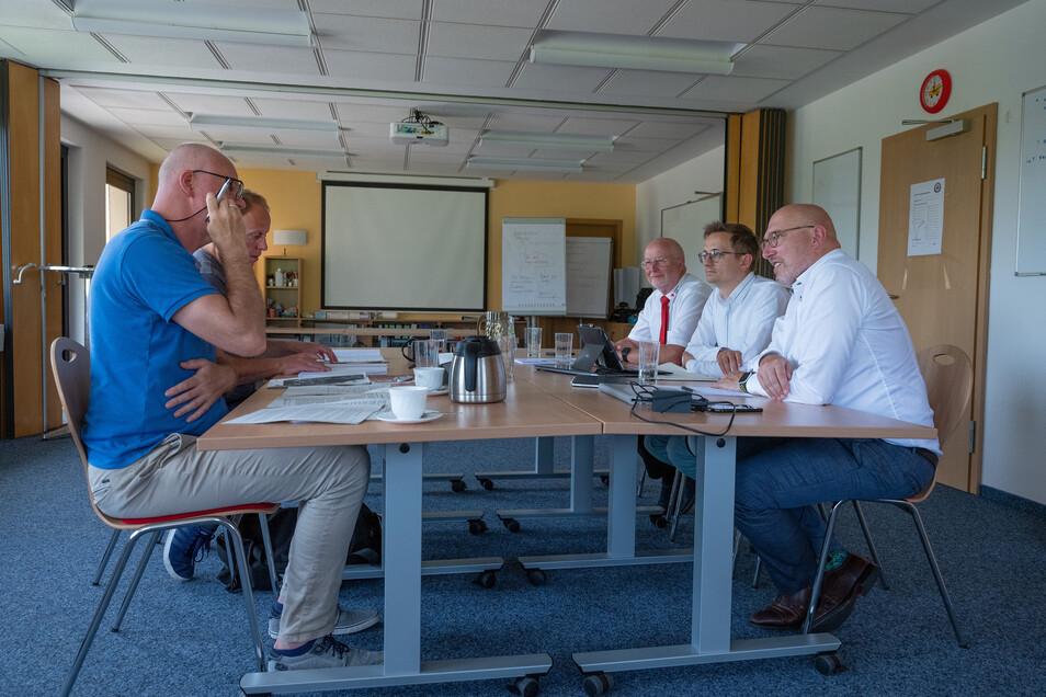 Axel Werthmann, Kai Kranich und Jörg Michael Müller (links) beantworten die Fragen von Jörgen Linker (Verlagsgruppe Rhein-Main) und Ulrich Wolf (Sächsische Zeitung).