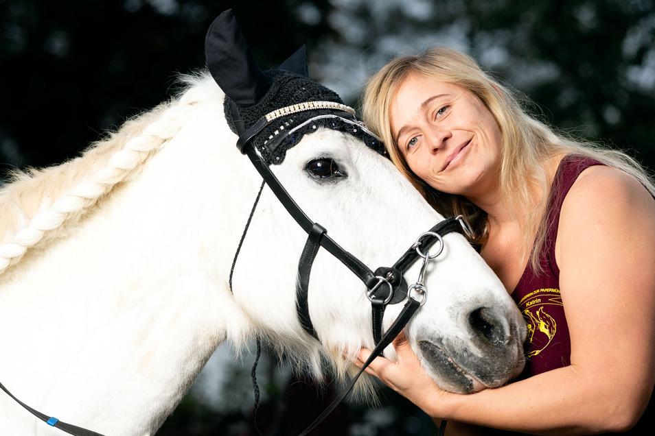 Mit 25 Jahren gehört das Pony Charly zu den älteren Pferde auf dem Hermsdorfer Reiterhof von Katrin Mierl. Sie bewahrte das Shetlandpony vor der Schlachtung und möchte gern weiteren Pferde ein artgerechtes Zuhause schenken.