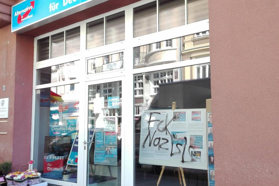Ein Blick auf beschmierte Scheiben am Bautzener AfD-Büro.