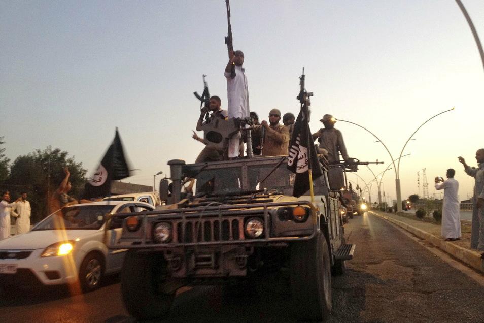 IS-Kämpfer fahren 2014 in einem von irakischen Sicherheitskräften gestohlenen Fahrzeug auf einer Straße im Norden der Stadt.