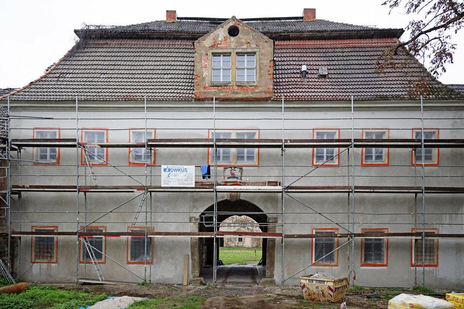 Soll bald angestrichen werden und (Investoren-)Blicke auf sich ziehen: die in Sanierung befindliche Fassade des Torbogenhauses im Rittergut Tiefenau.